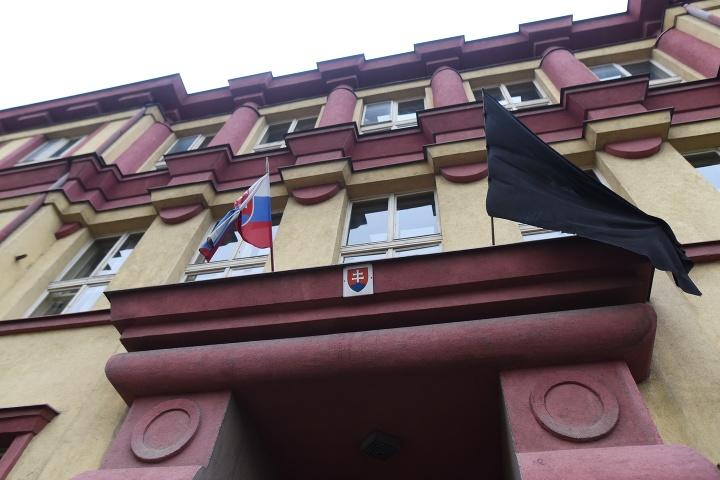 Čierna vlajka na škole,