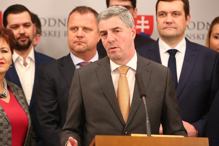 Bugár predkladá zmluvu voličom