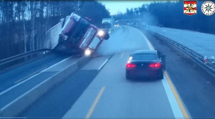 Kamión prerazil stredové zvodidlá