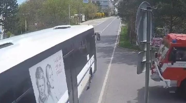 Autobusár ignoroval červenú na